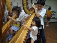 ハープも体験できます!手が痛くなくまで一生懸命弾いている子どもたちがたくさんいました。