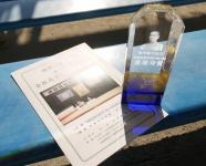 最優秀賞記念クリスタルトロフィーを届けました