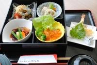 左下から、ビーフシチュー・エビチリ・炊合わせ・ハムとオクラのゼリー寄せ・天ぷら・さらにデザートも付きます。