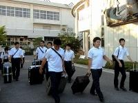 大きな荷物を持つ生徒たち