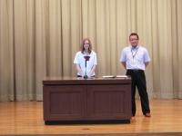 壇上で挨拶する留学生バレンティナさん
