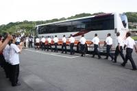 たくさんの生徒・教職員に見送られバスに乗り込む野球部